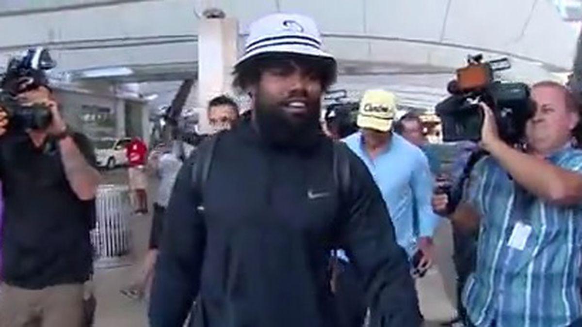 Ezekiel Elliot arrives in Dallas, no deal announced Tuesday night