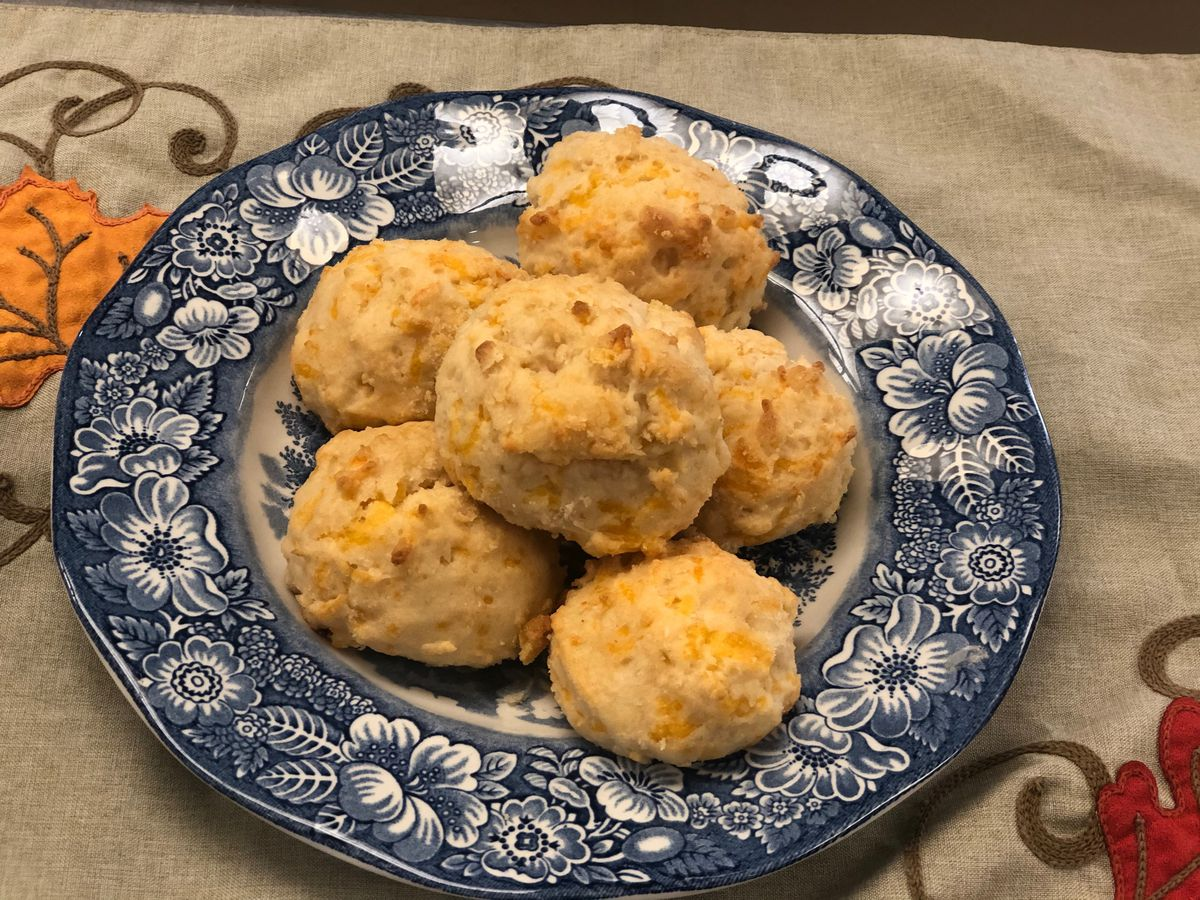 Easy garlic-cheddar biscuits by Mama Steph