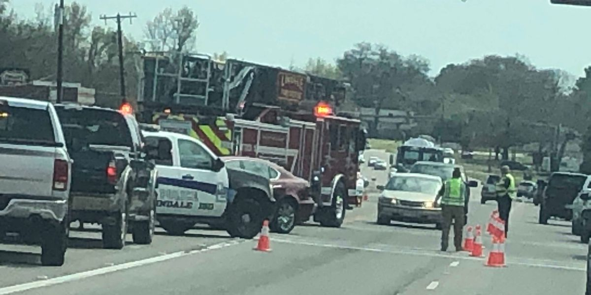 Lindale crews on scene of four-vehicle crash on Highway 69