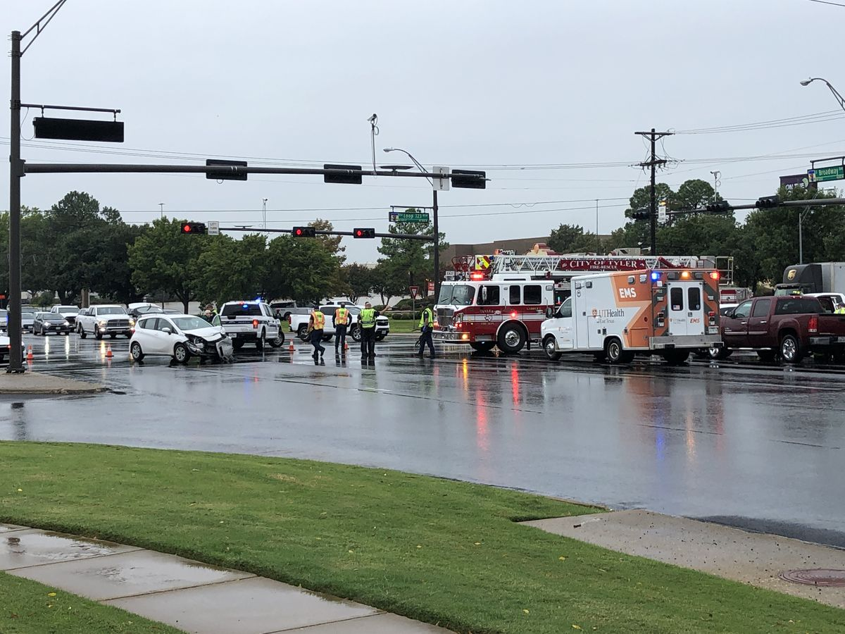 Traffic open after wreck on Broadway Ave. in Tyler