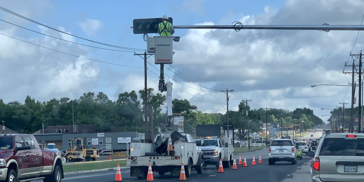 Crews install new traffic signal on S. Broadway Avenue in Tyler