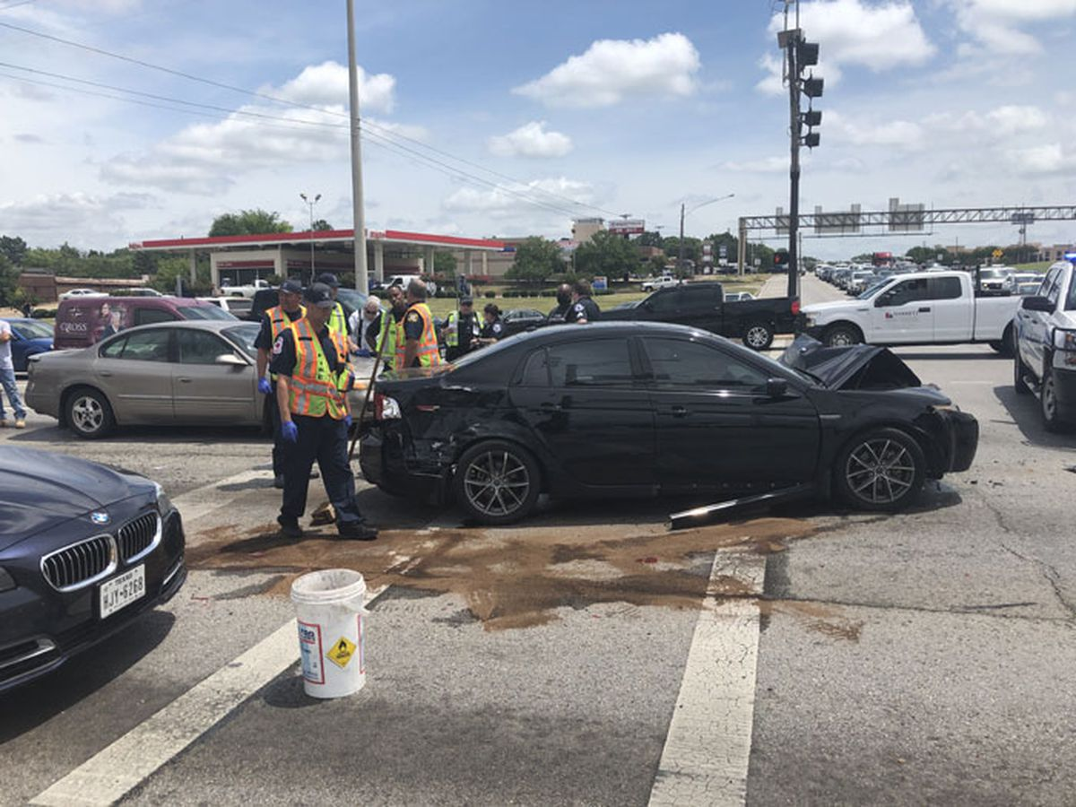At least 5 vehicles involved in wreck at Loop, Highway 110 intersection in Tyler
