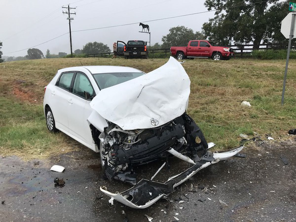 1 injured in 2-vehicle wreck north of Longview