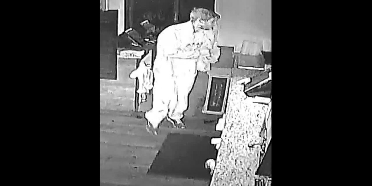 VIDEO: Kilgore police searching for suspect who broke into fried chicken restaurant