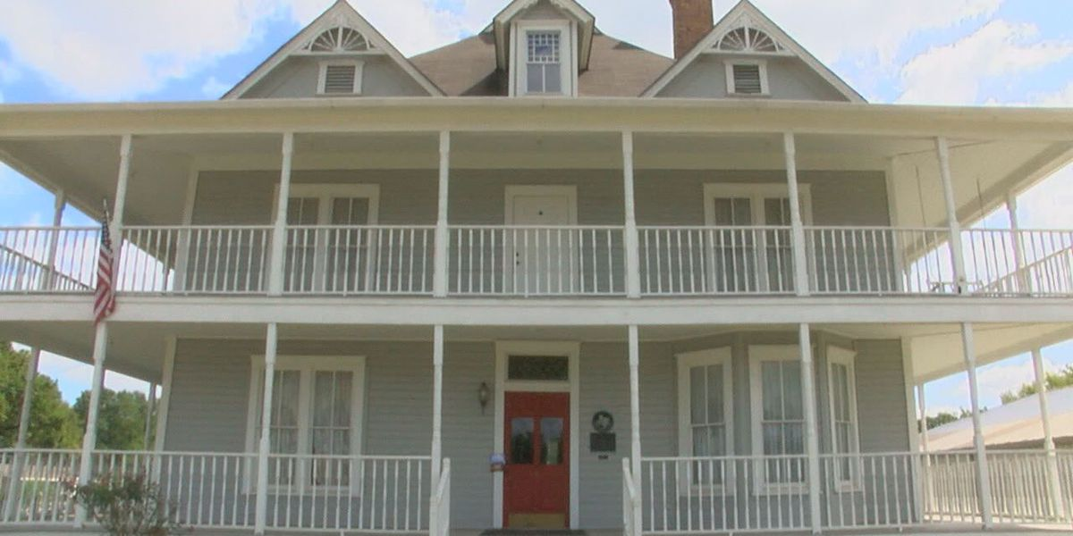 Mark in Texas History: Hotel Wiley in downtown Garrison