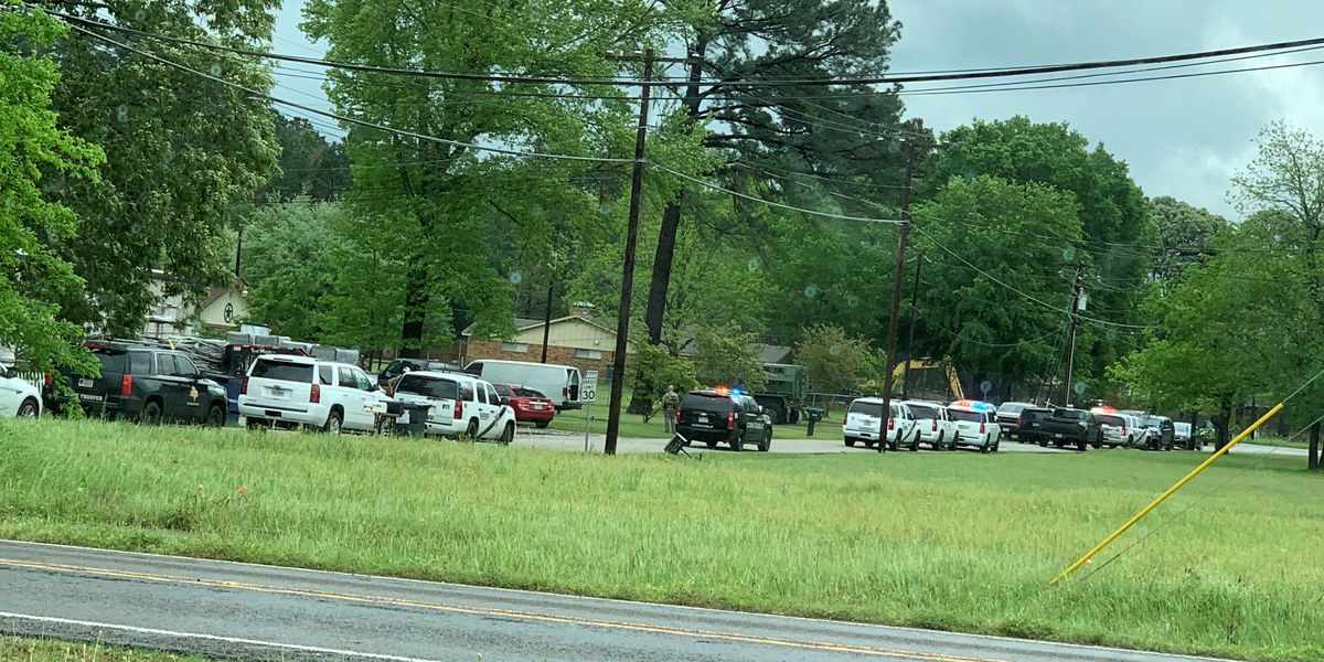 Smith County deputies arrest suspects who barricaded themselves in building Thursday afternoon
