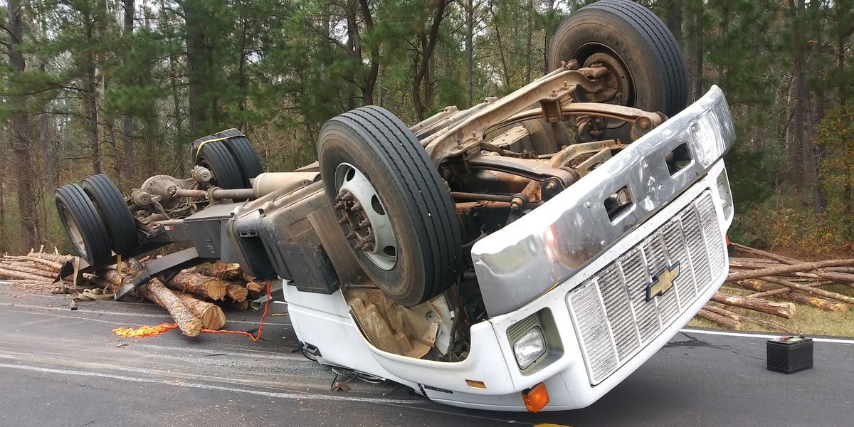 Log truck wreck in Smith County cleared, no injuries reported