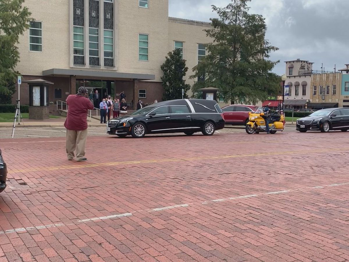 Funeral procession for longtime Smith county commissioner pauses in front of courthouse