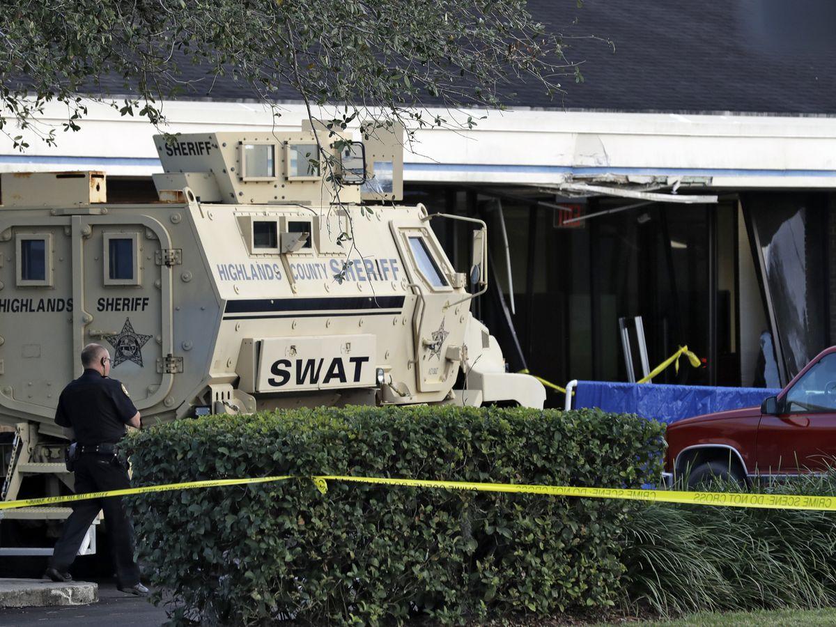 Police: Former prison guard trainee kills 5 in Florida bank